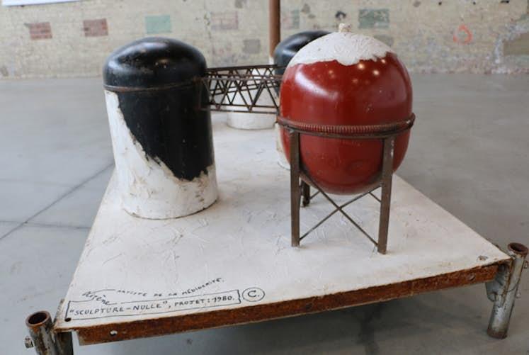 Jacques LIZENE Petite usine blanche Sculpture nulle Archeologie contemporaine 1988 detail 1