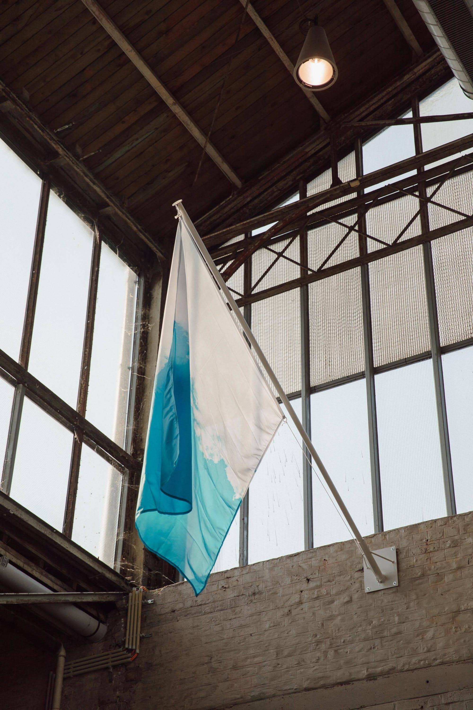 """Benoît Félix, """"Drapeau national du ciel"""", 2015. Exposition La Colère de Ludd, BPS22, 2020. Photo : Leslie Artamonow"""