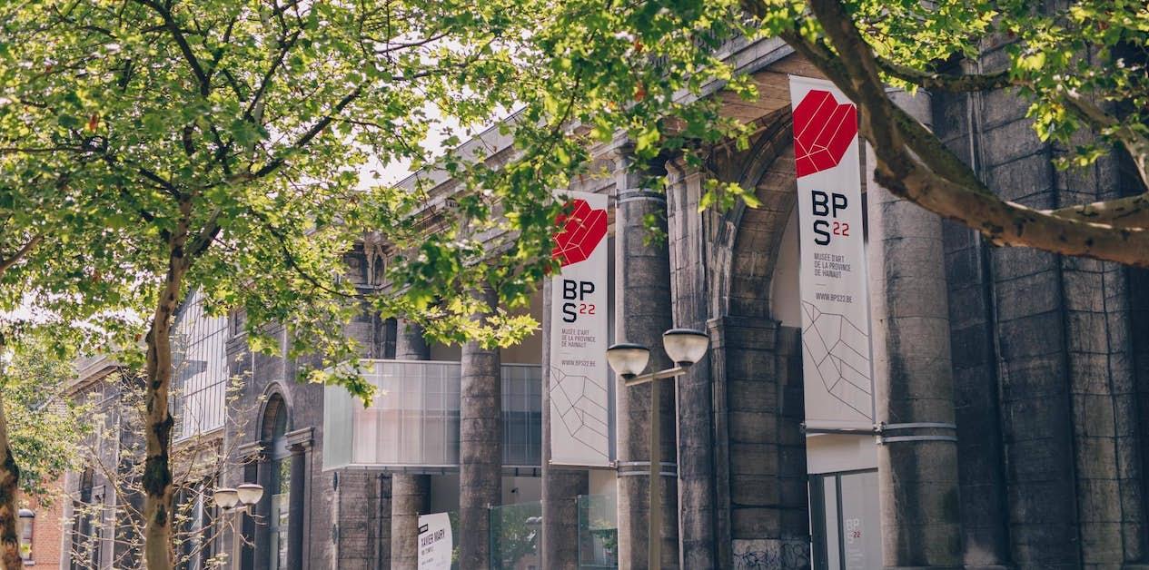 BPS22 façade © Leslie Artamonow